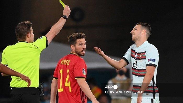 Wasit asal Jerman, Felix Brych memberikan kartu kuning kepada bek Portugal, Diogo Dalot, pada laga babak 16 besar EURO 2020 antara Belgia vs Portugal di Stadion La Cartuja, Seville pada 27 Juni 2021. Kini nasib Dalot ke AC Milan tergantung kesepakatan antara Man United dengan Atletico Madrid.