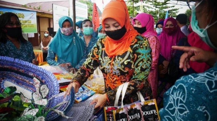 Norbaiti Isran Apresiasi Ibu-ibu Ikuti Bimtek Pembuatan Hazmat dan Masker