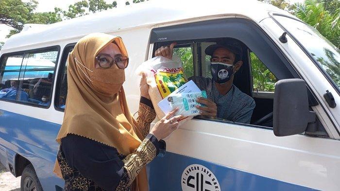 Ringankan Beban Warga, Nurlena Rahmad Mas'ud Bagikan Ratusan Sembako kepada Sopir dan Driver Online