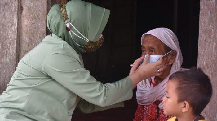 Persit Dim 0904/Psr Bagi Sembako untuk Warga Kurang Mampu di Paser