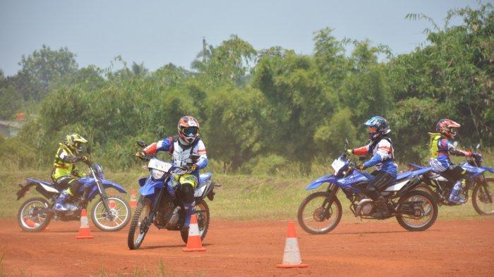 Awak media mengikuti riding experience di lintasan off road adalah melalui kegiatan Media Offroad School Experience yang kembali digelar pada Rabu, 17 Maret 2021 di sirkuit Cargloss dan Hambalang Hills, Bogor.