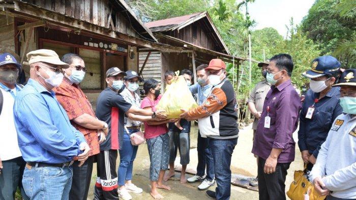 Bupati Kubar FX Yapan Tinjau Lokasi Banjir di Muara Tae, Serahkan Bantuan ke Warga Terdampak