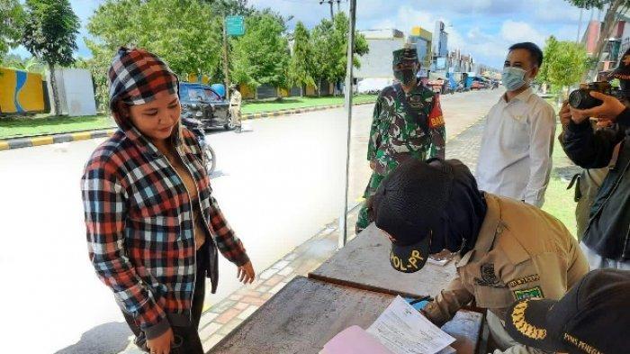 TEGAKKAN PERBUB - Operasi yustisi dilakukan Satpol PP Berau guna menegakkan Perbub Berau No 52/2020 mengenai disiplin protokol kesehatan covid-19. Seperti yang digelar di Pasar Sanggam Adji Dillayas dan di beberapa titik dalam Kota Tanjung Redeb.