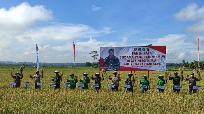 Hadiri Panen Raya di Tanjung Batu, Pangdam Apresiasi Kerja Keras Kodim dalam Manfaatkan Lahan Tidur