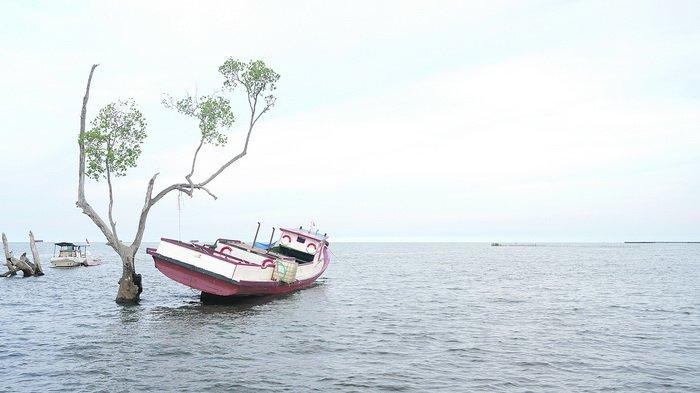 Menikmati Semilir Angin Sore dengan Ombak yang Tenang di Pantai Kenyamukan Sangatta Kutai Timur