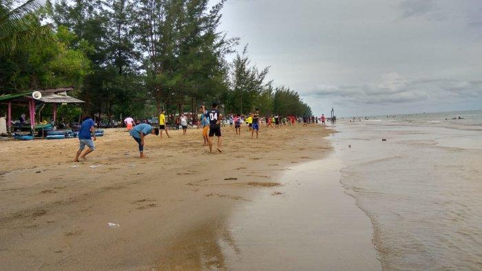 Angka pengunjung di Pantai Manggar Segarasari berkurang jumlahnya pada momen pergantian tahun. Di tahun baru 2019 angka pengunjung hanya berkisar 5.600 orang.