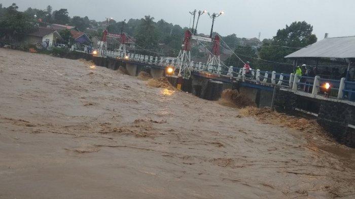 Air dari Katulampa Tiba di Manggarai, Tampak Sampah Menumpuk: Sofa, Kulkas, hingga Kandang Ayam