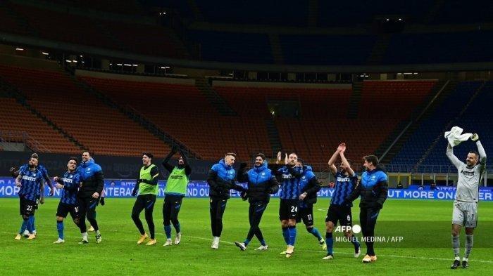 Para pemain Inter Milan merayakan kemenangan mereka di akhir pertandingan sepak bola perempat final Piala Italia antara Inter Milan dan AC Milan pada 26 Januari 2021 di stadion Giuseppe Meazza di Milan.     Artikel ini telah tayang di Tribunnews.com dengan judul Inter Milan Resmi Juara Serie A Liga Italia Musim Ini Usai Atalanta vs Sassuolo Imbang, https://www.tribunnews.com/superskor/2021/05/02/inter-milan-resmi-juara-serie-a-liga-italia-musim-ini-usai-atalanta-vs-sassuolo-imbang.  Editor: Muhammad Nursina Rasyidin