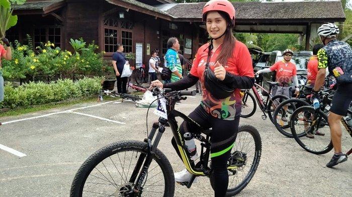 Ritual Peserta Sebelum Mulai Tour de Bangkirai, Stretching, Minum Vitamin Hingga Service Sepeda