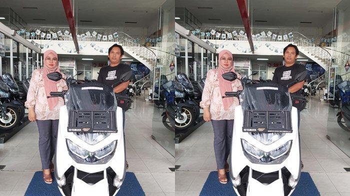 Pasangan suami istri, Totok Tri Bartonnanto dan Hasnaini, membeli sebuah motor Yamaha All New NMax dengan menggunakan ribuan uang koin di dealer sentral Yamaha Samarinda, Jalan Agus Salim Nomor 18, Samarinda, Kalimantan Timur, Jumat (9/4/2021).