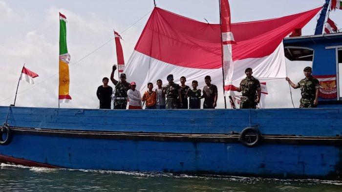 TNI dan Polri Bersama Warga Pawai Bendera Merah Putih di Perairan Terluar Indonesia di Perbatasan