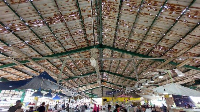 Atap Lapak Ikan Pasar Induk Sangatta Utara Bolong-bolong, Pedagang Pasang Terpal Agar tak Kehujanan