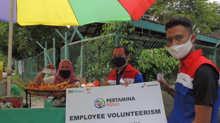 Pekerja Muda Pertamina Salurkan Bantuan untuk Pedagang Terdampak Covid-19 di Lapangan Merdeka