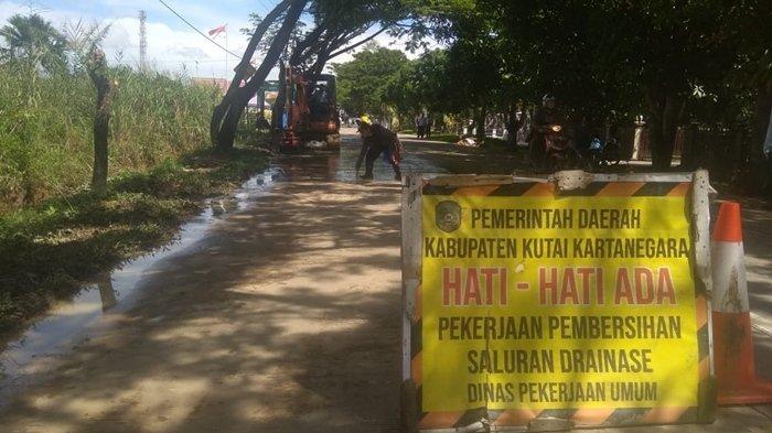 Antisipasi Banjir, Drainase Jalan Jelawat Tenggarong Dibersihkan, Pengguna Jalan Diminta Hati-hati
