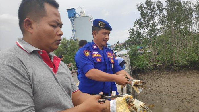 Begini Cara Polair Polres Balikpapan Lepaskan Ribuan Kepiting di Pelabuhan Somber
