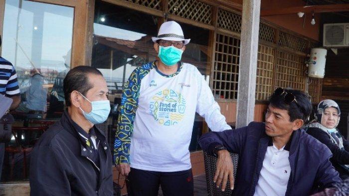 DUKUNG WISATA - Sekkab Berau, M Gazali berbincang santai bersama Komisaris Utama PT Pelni, Ali Masykur Musa dan Direkrut Armada PT Pelni, Tukul Harsono di Pulau Derawan.