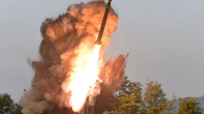 Pemimpin Korea Utara Kim Jong Un Mengawasi Langsung Tes Peluncur Roket Super Besar