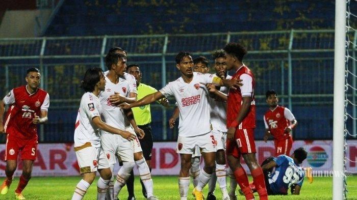 Pemain Persija Jakarta (merah) bersitegang dengan pemain PSM Makassar dalam laga Grup B Piala Menpora di Stadion Kanjuruhan, Kepanjen, Kabupaten Malang, Jawa Timur, Senin (22/3/2021) malam. Akhir pertandingan, Persija Jakarta dikalahkan PSM Makasar dengan skor 0-2 (0-1).
