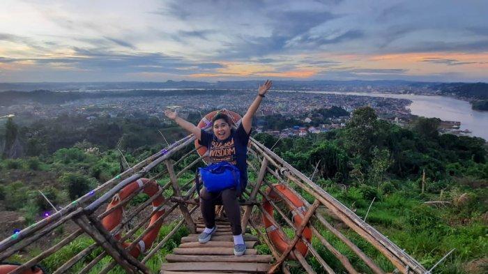 Pemandangan dari atas bukit Gunung Lonceng Samarinda pada sore hari. TRIBUNKALTIM.CO/MOHAMMAD FAIROUSSANIY