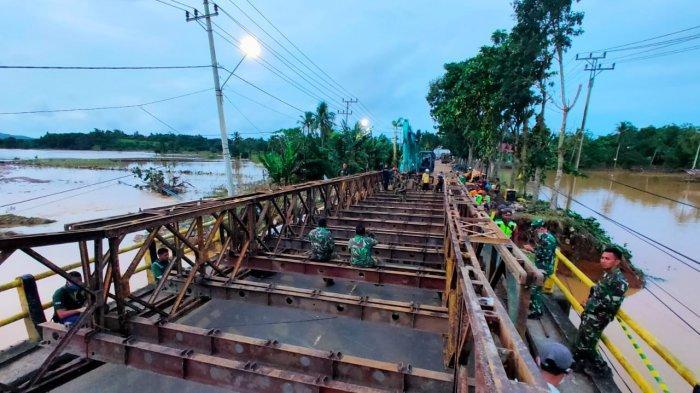 Kodam VI/Mulawarman Kerahkan Prajurit Perbaiki Jembatan Putus Akibat Banjir di Kalimantan Selatan
