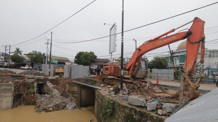 Ada Perbaikan Gorong-gorong di Jalan Indrakila Gunung Samarinda, Arus Lalu Lintas Macet