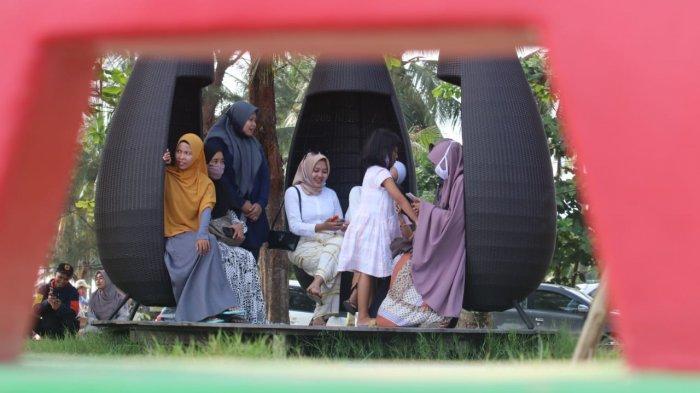 Pengunjung mulai berdatangan di Pantai Manggar Balikpapan dengan tetap mematuhi protokol kesehatan. TRIBUNKALTIM.CO/DWI ARDIANTO