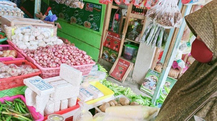Alasan Panas Pedagang Gulung Tirai Plastik Di Lapaknya