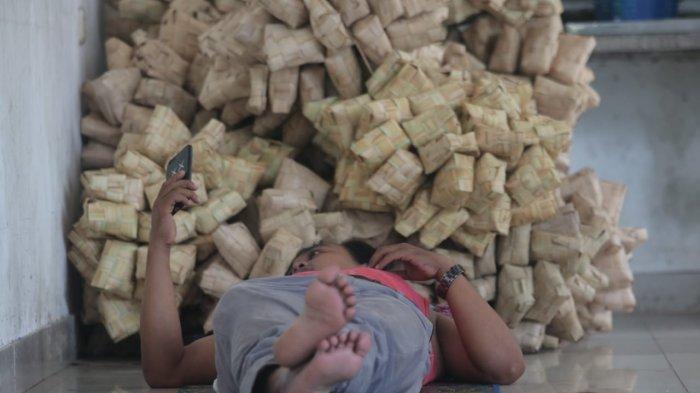Penjualan Cangkang Ketupat di Balikpapan Lesu, Sebaliknya Produk Kemasan Buras Meningkat