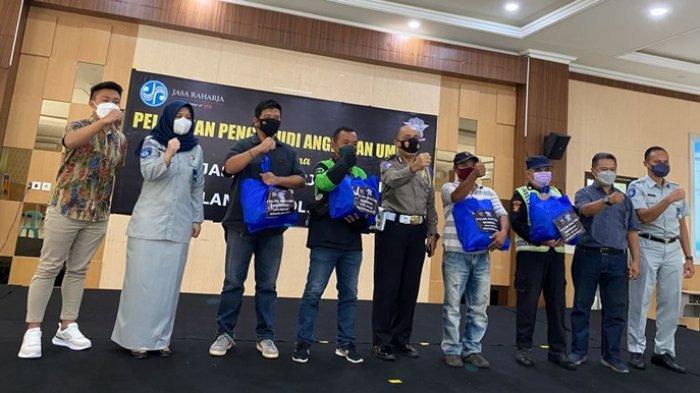 Penyerahan bantuan sosial berupa paket sembako kepada peserta pelatihan di akhir kegiatan.