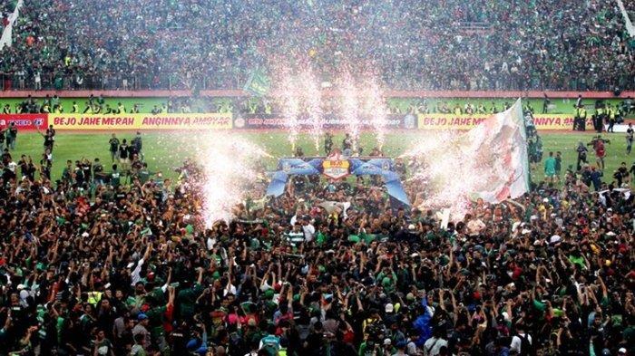 Detik-detik Bonek Serbu Lapangan, Saat Khofifah Serahkan Trofi Juara ke Kapten Persebaya Surabaya