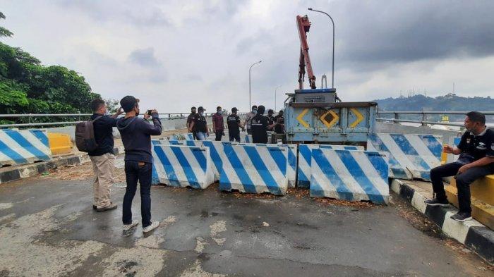 BREAKING NEWSWarga Kira Jembatan Mahkota II Dibuka, Personel Dishub Samarinda Baru Rapikan Barier