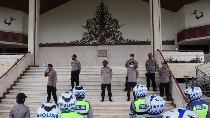 Polresta Samarinda Siaga di DPRD Kaltim, Tutup Sejumlah Ruas Jalan, Unjuk Rasa Tolak UU Cipta Kerja