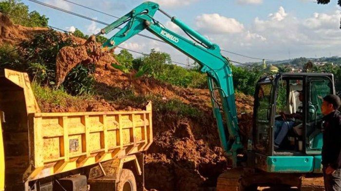 Longsor di Tenggarong Nyaris Tutup Jalan Raya, Dinas PU Kukar Bersihkan Material Longsor