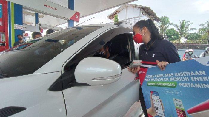 Pertamina MOR VI Kalimantan membagikan diskon dan merchandise untuk pembelian bahan bakar Pertamax di SPBU Coco MT Haryono. HO/PERTAMINA