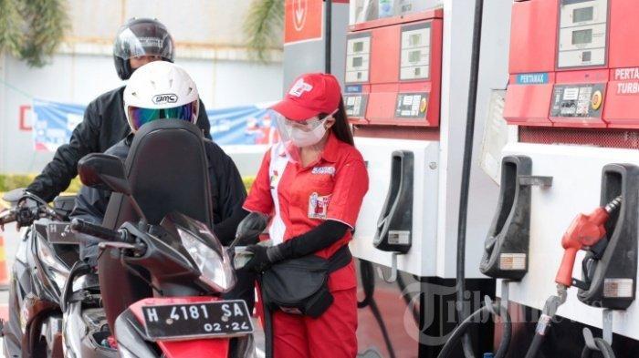 Ilustrasi. Petugas SPBU Coco 4150201 Jalan Ahmad Yani Semarang memakai masker, pelindung wajah, dan sarung tangan saat melayani konsumen, Rabu (6/10/2020).