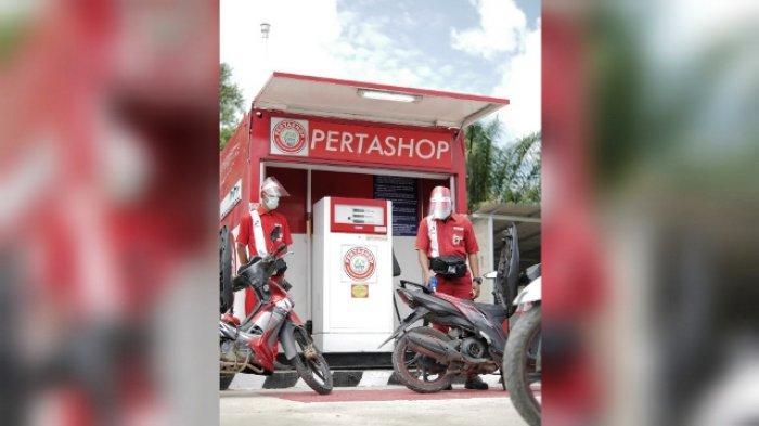 PERTASHOP - Petugas Pertashop melayani pengisian BBM kendaraan. Pertashop kini telah hadir di enam titik desa di Kaltim antara lain di Desa Muara Komam (Paser), Desa Muut (Kutai Barat), Desa Muhur (Kutai Barat), Desa Kelinjau (Kutai Timur), dan Sumber Sari (Kutai Timur).