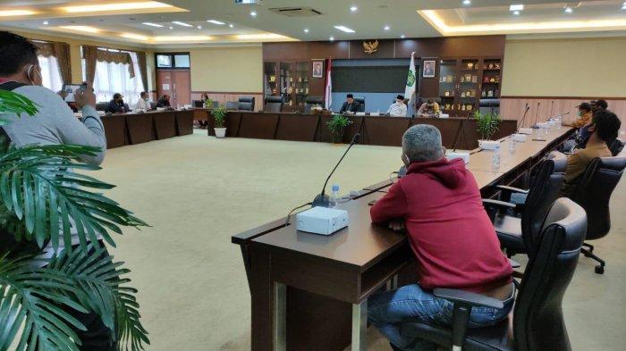 Ketua DPRD Kukar Terima Pendemo dari Loa Tebu, Tuntut Perbaikan Jalan Rusak