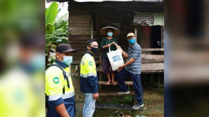 BERAS - Penyerahan Beras oleh perwakilan Petrosea bersama Kades Tukung Ritan kepada warga Setempat di wilayah Area Tabang Project, Kabupaten Kutai Kartanegara.