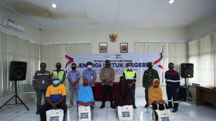 PAKET BANTUAN - Penyerahan paket bantuan beras secara simbolis dari Petrosea, Interport dan Tripatra kepada masyarakat di Kariangau Balikpapan dalam rangka HUT Indika Energy ke-20.