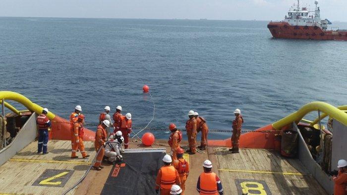 Simulasi Tumpahan Minyak Terjadi di Teluk Balikpapan, Petugas Pasang Oil Boom Sepanjang 200 Meter