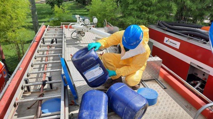 Pertamina RU V Kirim Truk Pemadam Kebakaran Untuk Bantu Semprot Disinfeksi di Kota Balikpapan