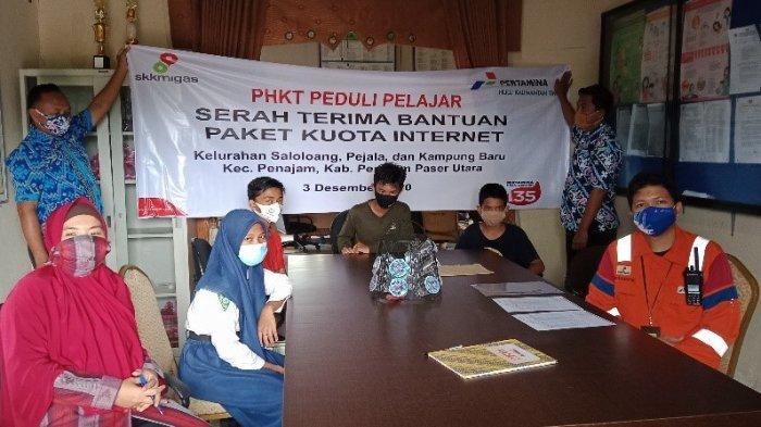 Perwakilan PT Pertamina Hulu Kalimantan Timur (PHKT) menyerahkan bantuan internet di Saloloang, Pejala dan Kampung Baru.