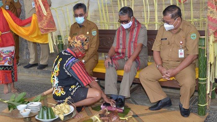 Memasuki Kantor Bupati Kubar, Pjs Bupati Syirajuddin Disambut dengan Ritual Adat Tepung Tawar