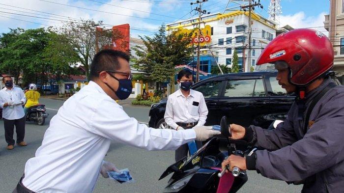 Senin (14/09), General Manager PLN UIW Kaltimra, Sigit Witjaksono turun kejalan untuk membagikan ribuan masker kepada warga di Balikpapan.