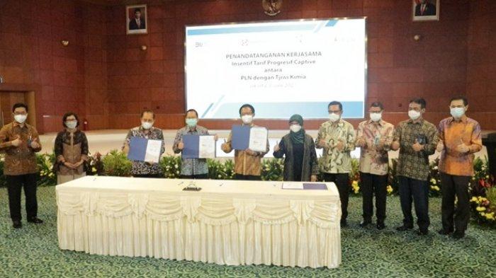 Produktif Bersama Membangun Bangsa, PLN-Tjiwi Kimia Teken Perjanjian Jual Beli Tenaga Listrik
