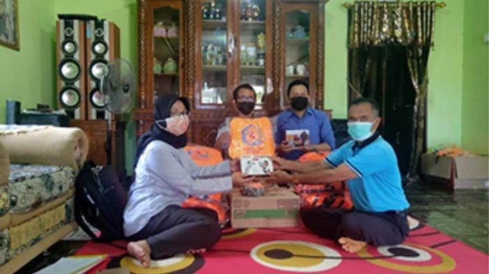 Tim Politeknik Negeri Balikpapan (Poltekba) menyerahkan bantuan perlengkapan Pokdarwis di Desa Wisata Mentawir, Kabupaten Penajam Paser Utara.