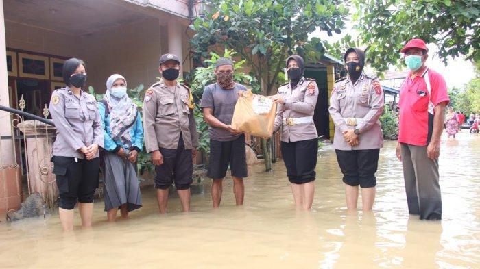 Polwan dan Bhayangkari Polresta Samarinda Beri Bantuan Sembako ke Korban Banjir