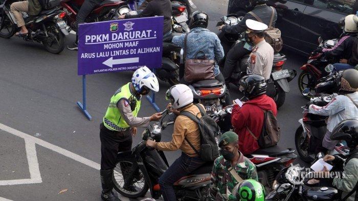 Petugas gabungan Polisi, TNI, Dishub, dan Satpol PP melakukan penyekatan sebelum underpass Jalan Jenderal Basuki Rachmat atau yang dikenal dengan Underpass Basura, Jakarta Timur, Kamis (15/7/2021). Polisi menambah titik penyekatan Pemberlakuan Pembatasan Kegiatan Masyarakat (PPKM) Darurat. Selama pemeberlakukan PPKM Darurat pemerintah menyiapkan dana Rp 39 triliun untuk masyarakat yang terdampak