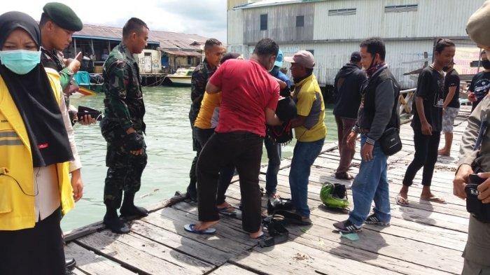 Dua Prajurit TNI Yonif R 613 Selamatkan Wanita yang Terjun ke Laut Karena tak Bisa Melayat Orangtua