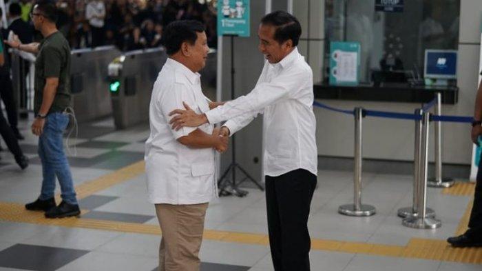 Kompak Pakai Baju Putih, Jokowi dan Prabowo Akhirnya Bertemu dan Langsung Naik MRT Bersama